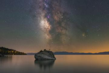 Droga Mleczna wznosząca się nad jeziorem Tahoe i skałą Bonsai