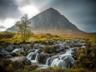 buachaille etive mor with small river, szkocja