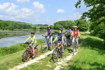 3 Generationen mit dem fahrrad unterwegs im Grünen
