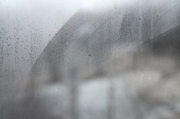 Szkło okienne z kondensatem lub parą po ulewnym deszczu, tekstury lub obrazu tła