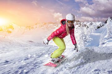 Snowboardfahrerin gleitet durch den Pulverschnee in den Dolomiten