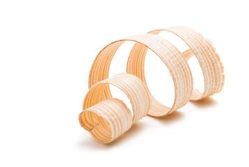 drewniane wióry na białym tle