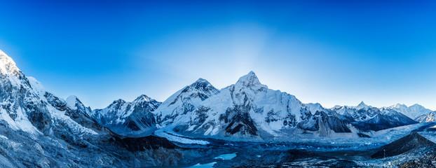 Śnieżne szczyty górskie. Panoramiczny widok na Himalaje. Droga do obozu bazowego Everest, doliny Khumbu, parku narodowego Sagarmatha.