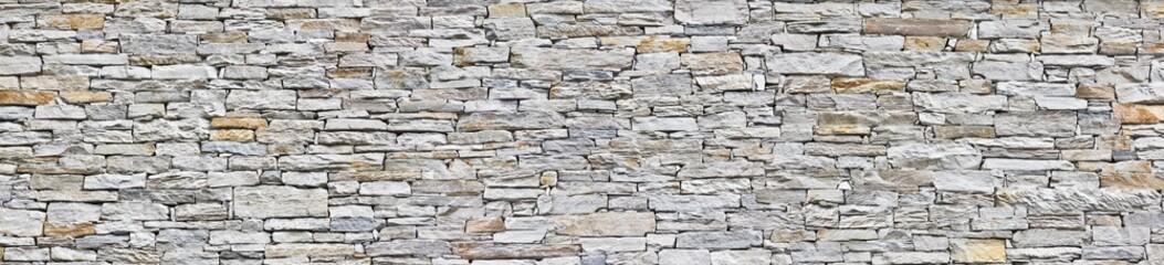 Schöne Schiefersteinmauer, typisch in den Bergen