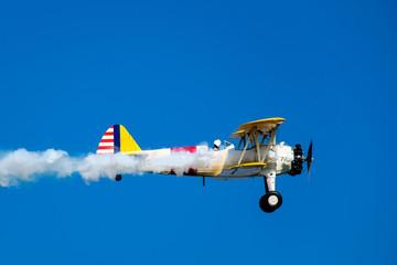 zabytkowy samolot na tle błękitnego nieba