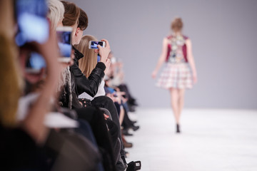 Kobieta bierze obrazek nowy model na pokazie mody