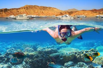 Młoda kobieta przy snorkeling w tropikalnej wodzie