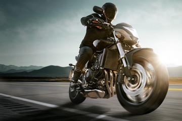 Motorrad auf Landstraße.