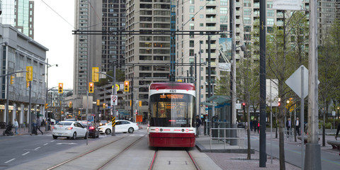 Widok tramwaj na tramwaju w mieście, Toronto, Ontario, Kanada