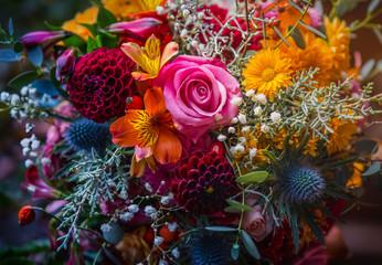 Piękny, żywy, kolorowy bukiet kwiatów mieszanych martwa natura