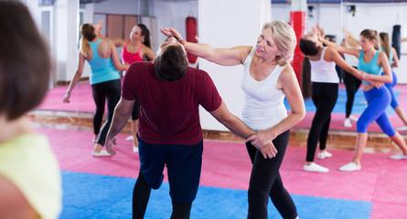 Starsza kobieta szkolenia z trenerem