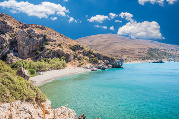 Preveli Beach na wyspie Krecie, Grecja. W pobliżu wąwozu w pobliżu plaży znajduje się las palmowy i rzeka.