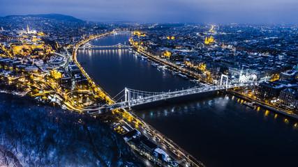 Piękna powietrzna noc ujęła o dużym mieście z mostami w okresie zimowym