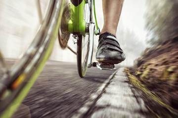 Pedały roweru wyścigowego podczas jazdy
