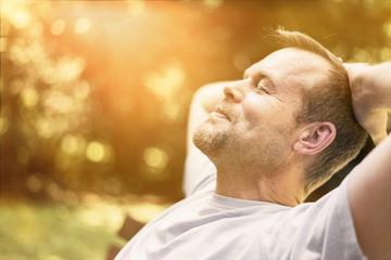 Mann entspannt in der Sonne - genießt Freizeit - macht Power Napping