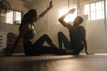 Mężczyzna i kobieta daje piątkę w siłowni