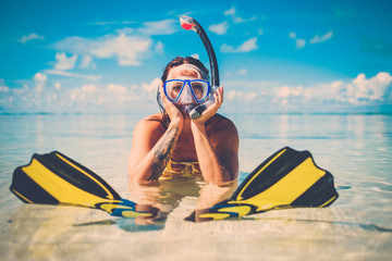 Snorkeler kobieta zabawy na tropikalnej plaży