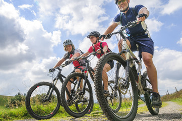 fröhliche Mountainbike-Gruppe