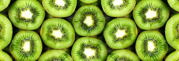 Pokrojone świeże organiczne owoce kiwi. Ramka żywności z miejsca kopiowania tekstu. Transparent. Kiwi zielone kółka tło