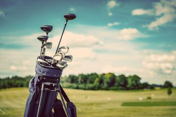 Torba na sprzęt golfowy stojący na polu golfowym.