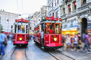 Starzy czerwoni tramwaje na istiklal alei, Istanbuł, Turcja
