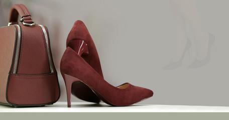Brązowe wyroby skórzane damskie, obuwie, torebka na półce w sklepie.