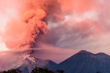 Wulkan Fuego wybucha o świcie, w pobliżu Antigua w Gwatemali