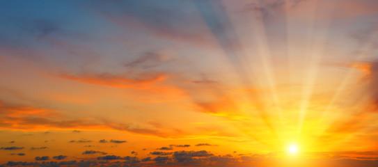 piękny wschód słońca i pochmurne niebo