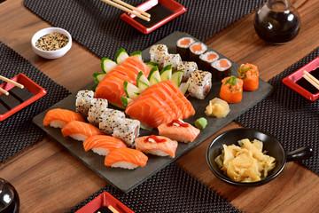 Japoński stół z jedzeniem
