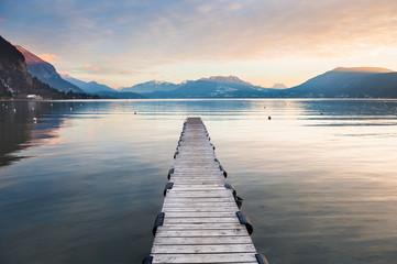 Annecy jezioro w Francuskich Alps przy zmierzchem