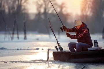rybak na lodzie o wschodzie słońca