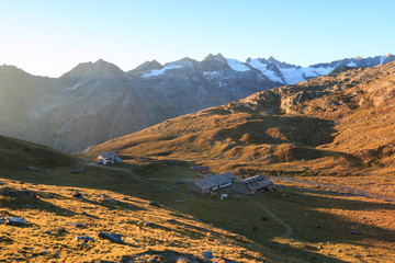 alba nella conca del Lauson, presso il rifugio Vittorio Sella, nel parco nazionale del Gran Paradiso