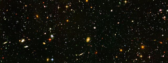 Galaktyki głębokiego pola, elementy tego obrazu dostarczone przez NASA. Wyretuszowany obraz.