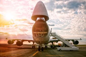 Rozładunek samolotów transportowych o szerokim ciele w porannym słońcu