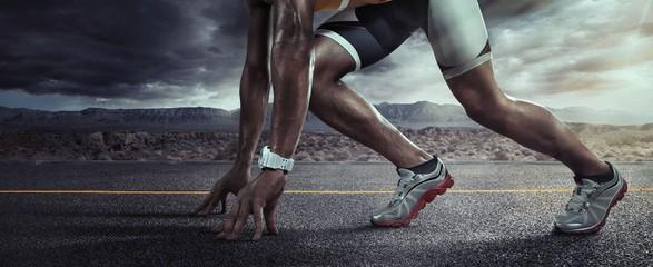 Tło sportowe. Biegacz cieki biega na drogowym zbliżeniu na bucie. Linia startowa