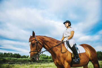 Dziewczyna dżokej na koniu
