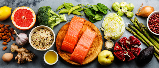 Zdrowe jedzenie czysty wybór jedzenia: ryby, owoce, warzywa, płatki, liść warzyw na szarym tle betonowej kopii przestrzeni