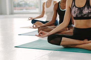 Kobiety medytujące w Padmasanie na zajęciach jogi