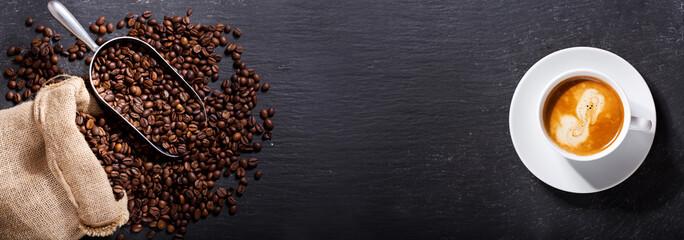 filiżanka kawy i ziarna kawy w worku, widok z góry