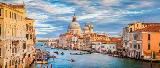 Kanał Grande z bazyliką Santa Maria della Salutuje przy zmierzchem, Wenecja, Włochy