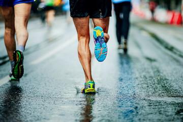 spraye wody spod butów do biegania mężczyzn biegaczy