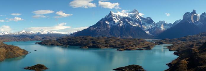Widok od Mirador Pehoe w kierunku gór w Torres Del Paine, Patagonia, Chile.