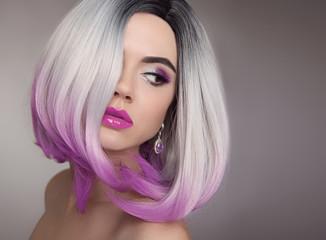 Blond fryzura Ombre Bob. Fioletowy makijaż. Piękna kobieta farbująca włosy. Modna fryzura. Blond modelka z krótką błyszczącą fryzurą. Koncepcja farbowania włosów. Salon piękności.
