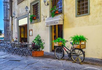 Wąska ulica we Florencji, Toskania. Włochy
