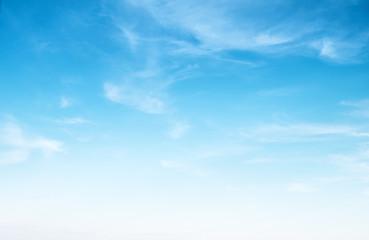 Jasne błękitne niebo i białe chmury