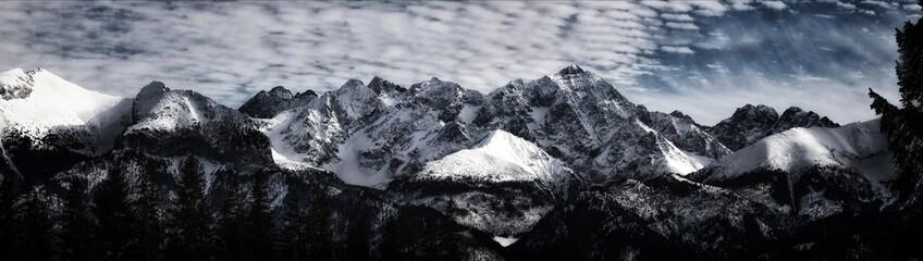 Ośnieżone szczyty Tatr.