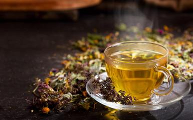 Filiżanka herbaty ziołowej z różnymi ziołami