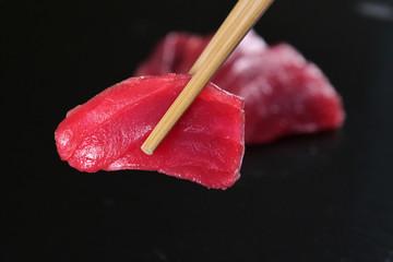 Makro strzał sushi, sashimi, uramaki i nighiri. typowe japońskie danie składające się z ryżu, łososia lub tuńczyka, krewetek i jaj rybnych namoczonych w soi. Koncepcja: japońska restauracja, sushi,