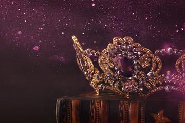 niski klucz obraz pięknej królowej / królewskiej korony nad drewnianym stołem. Vintage filtrowane. średniowieczny okres fantasy.