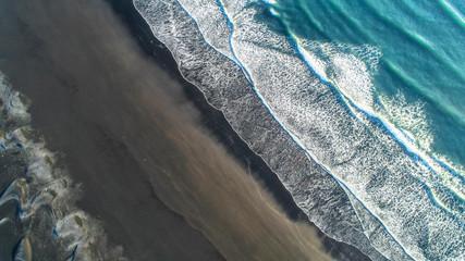 Czarna piasek plaża w Islandii. Widok z lotu ptaka i widok z góry.
